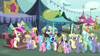 Flower trio selling flowers to more ponies S7E19