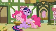 Pinkie abraza a Twilight alrededor de su cuello