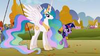 S01E13 Celestia i Twili spogladają na Rainbow i Applejack