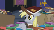 S06E25 Derpy leżąca w stosie książek