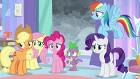 Twilight's friends look at her with worry S9E25