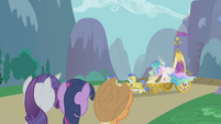 Twilight and friends see the chariot arrive S1E10