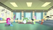 Rainbow e amigas sala de musica
