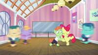 Apple Bloom continues tangoing with colt S6E4