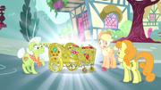Applejack, Vovó e Golden Harvest veem uma carroça de maçãs de ouro T4E23