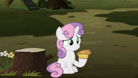 Sweetie Belle holding a slice of pie S8E10