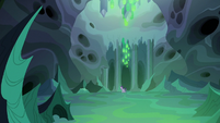 Thorax enters Queen Chrysalis' throne room S6E26