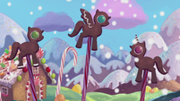 Gingerbread ponies get snowed on S5E20
