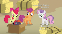 Scootaloo pointing at the costume box S7E8