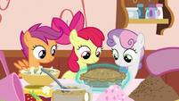 Sugar Belle giving a pie to the Crusaders S9E23