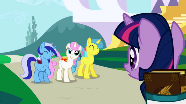 Berkas:Twilight Sparkle gets invited to a party S1E01.png