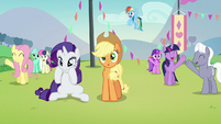 Ponies cheering for Countess Coloratura except Applejack S5E24
