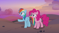 Rainbow Dash points at the Get On Inn S7E18