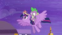 S04E01 Twilight i Spike wyruszają do Ponyville