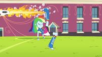 A bola flamejante de Rainbow Dash EG