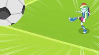 Rainbow Dash chuta a bola de futebol EG
