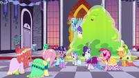 Gala ponies cheer for Tree Hugger S5E7