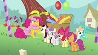 Pinkie making a balloon animal for Boysenberry S5E19