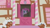 S01E09 Pinkie wygląda przez drzwi