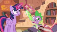 Spike arrota uma carta da Princesa T4E03
