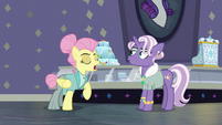 "Fluttershy comments on Jeweled Pony's ""modelle"" S8E4"