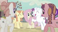 Fluttershy con otros ponis igualitarios EMC-P2