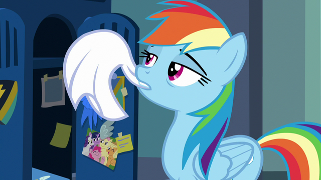 File:Rainbow Dash hanging her towel S7E7.png