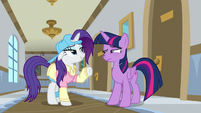 Twilight raising her eyebrow at Rarity S8E16