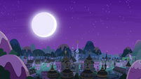 Moon shines over Canterlot as lights go out S7E10