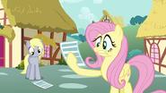 S02E22 Fluttershy przestraszona przeczytaną wiadomością
