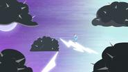 S04E01 Dash bezskutecznie walczy z nietypowymi chmurami