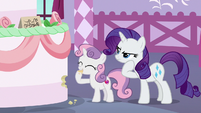 Sweetie Belle sampling the giant cake S6E15