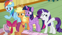 Main ponies lecturing young Crusaders S9E22
