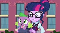 Spike sale de la mochila de Twilight EG3