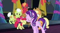 Starlight sings and walks by the Apple family S6E8