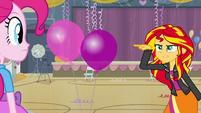 Sunset Shimmer prestes a estourar um balão EG