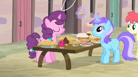 Diamond Mint toma un pastelillo de la mesa de Sugar Belle EMC-P2