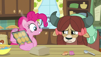 Pinkie Pie makes a tray of cupcakes S9E7