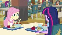 Twilight e Fluttershy na mesa da lanchonete EG