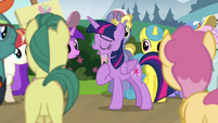 Twilight singing at the center of the crowd S7E14