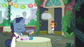 Patron and waiter at Cantering Cook restaurant S6E3.png