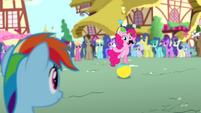 Pinkie Pie juggling cupcakes S4E12