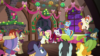 Ponies booing S06E08