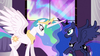 S03E02 Celestia i Luna stykają się rogami na znak zwycięstwa
