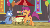Scoot grabs lollipop from Noteworthy's stand S9E22