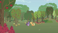 Applejack snaps at Twilight S1E04