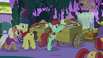 Appleloosan ponies sampling the food S9E17