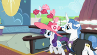 Rarity and Fancypants arrive to the derby S2E09