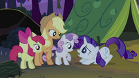 Rarity hunches down to Sweetie Belle S2E05