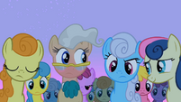 The ponies come to look at Smarty Pants S2E03